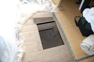 ネズミ駆除作業風景 床下2