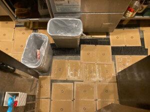 ネズミ駆除用粘着シートを厨房内の床に敷く
